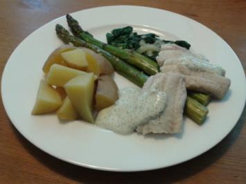 Seelachs an grünem Spargel, Blattspinat und Senf-Dill-Soße, dazu Kartoffelecken - Rezept