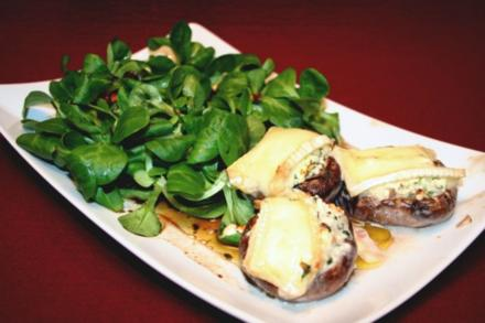 Gefüllte Champignons nach eigenem Geheimrezept mit Feldsalat - Rezept