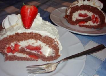 Erdbeer-Sahne-Rolle mit Schokobiskuit - Rezept