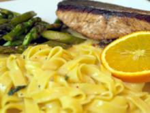 Lachs mit Tagliatelle, Orangen-Thymian-Sauce und grünem Spargel - Rezept