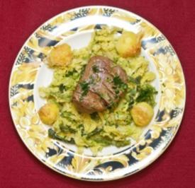 Rinderfilet auf Wirsingbett auf Parmesankartoffeln (Gülcan Kamps) - Rezept