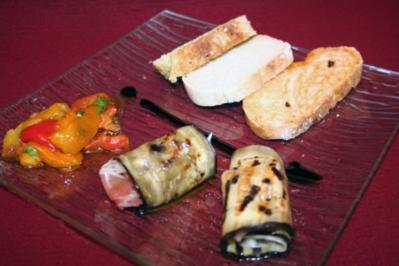 Aubergine mit Parmaschinken, Provolone und gegrilltem Paprikasalat - Rezept