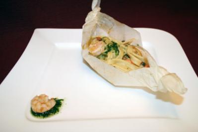 Lachs-Päckchen mit Tagliatelle und Gambas in Weißwein - Rezept