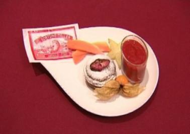 Lauwarmer Schokokuchen mit Erdbeer-Ingwermousse und  Rosenschokoladenstreussel (Vanessa Jung) - Rezept