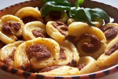 Rezept: Snack: Mini-Blätterteigschnecken mit Pestokäse und Tomaten