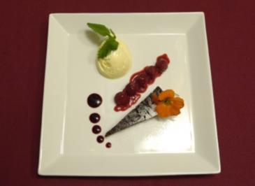 Schokoladentarte mit Vanilleeis auf einer Straße aus Himbeeren (Joachim Witt) - Rezept