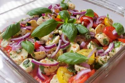 "Schichtsalat ""Tomate-Mozzarella"" mit Honig-Balsamico-Dressing - Rezept"
