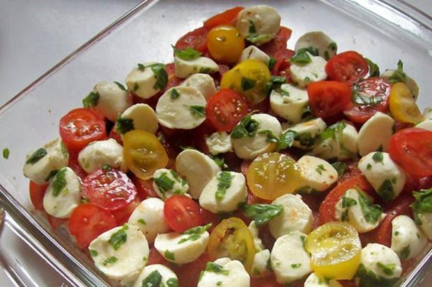 "Schichtsalat ""Tomate-Mozzarella"" mit Honig-Balsamico-Dressing - Rezept - Bild Nr. 4"