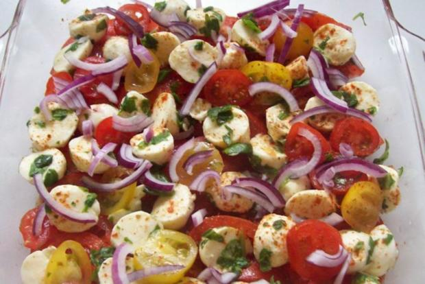 "Schichtsalat ""Tomate-Mozzarella"" mit Honig-Balsamico-Dressing - Rezept - Bild Nr. 6"