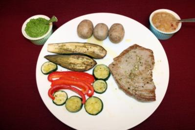 Thunfischsteak mit Birnen-Salsa an Ofengemüse, dazu Kartoffeln und Mojo Verde - Rezept