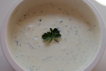 Joghurt-Gurken-Dip mit Gartenkräutern - Rezept