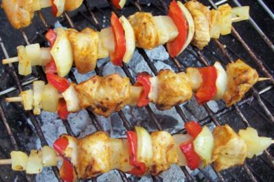 Rezept: Grillen: Hähnchen-Ananasspieße mit Curry-Honig-Marinade
