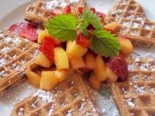 Dessert: Schoko-Waffeln mit Erdbeer-Mango-Salat - Rezept