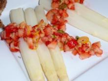 Spargel mit pikant zubereiteten Erdbeersalat - Rezept