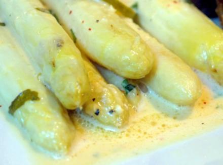 Ofenspargel mit Estragonsauce und Wiener Schnitzelchen - Rezept