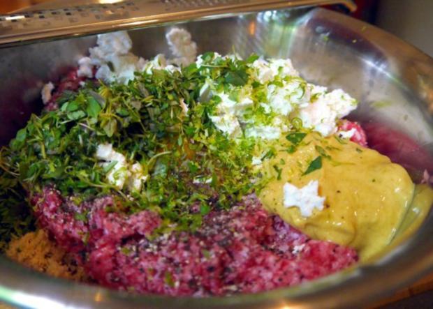 Thymianbouletten auf Cranberry-Tomaten-Sauce und Kräuter-Polenta-Schnitten - Rezept - Bild Nr. 4