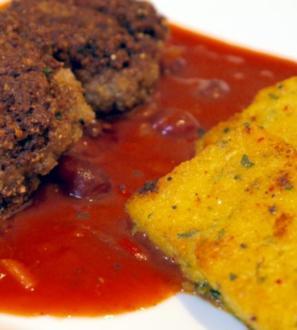 Thymianbouletten auf Cranberry-Tomaten-Sauce und Kräuter-Polenta-Schnitten - Rezept