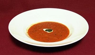 Tomatensuppe an Basilikumpesto und geröstetem Brot auf mallorquinische Art (Tim Toupet) - Rezept