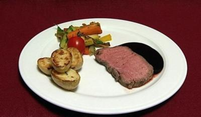 Roastbeef im Senfmantel mit Rosmarinbratlingen und mediterranem Gemüse (Tim Toupet) - Rezept
