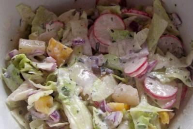 Rezept: Bunter gemischter Salat mit Crème-Fraîche-Dressing