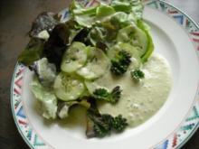 Salat mit Beinwell-Blütenknospen und Wildkräuter-Dressing - Rezept