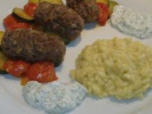 Cevapcici auf Zucchini-Tomaten-Gemüse und Tzatziki - Rezept
