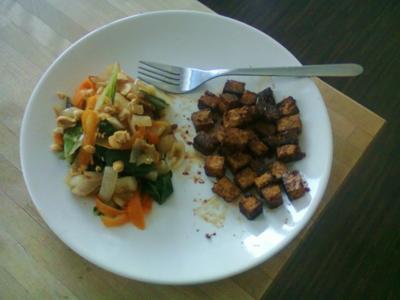 Möhrentagliatelle mit Mangold und Erdnüssen, dazu marinierter Tofu - Rezept