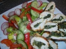 Hähnchenbrustfilet mit Parmesan-Käse-Knoblauch-Spinatfüllung, dazu Salat - Rezept