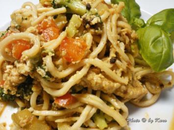 Wok: Gemüsebratnudeln mit Putenstreifen und Ei - Rezept