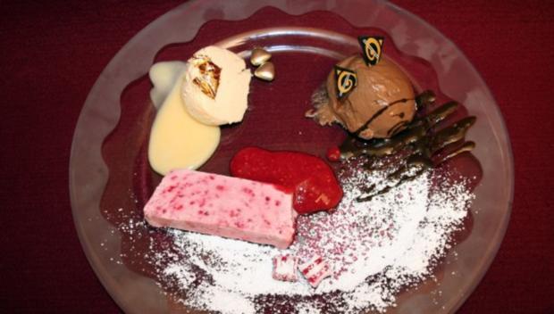 Schwarz, Rot, Gold - Mousse au Chocolat, Himbeerparfait und Vanillecreme - Rezept