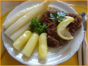 Paniertes Rindersteak mit Spargel, Kartoffelrollen und zerlassener Butter - Rezept