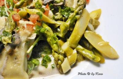 Grüner Spargel lauwarm mariniert auf Maultaschen im Salatbett - Rezept