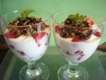 Erdbeer-Jogurt-Becher mit karamellisierten Mandeln, Haselnüssen und Sonnenblumenkernen - Rezept