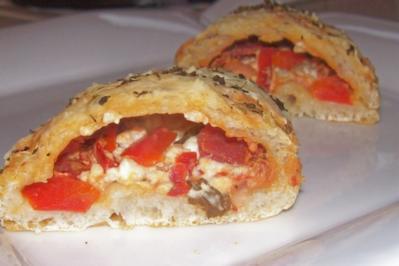 Snack: Kleine Kräuter-Pizzataschen mit Salami und Feta - Rezept
