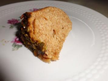 Kuchen: Vollkorngugelhupf mit Rhababer und Pistazienboden - Rezept