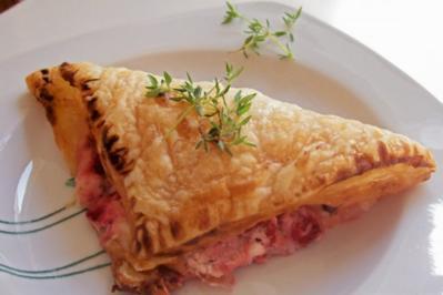 Rezept: Snack/Vorspeise: Blätterteigtaschen mit Balsamico-Erdbeeren und Ziegenfrischkäse