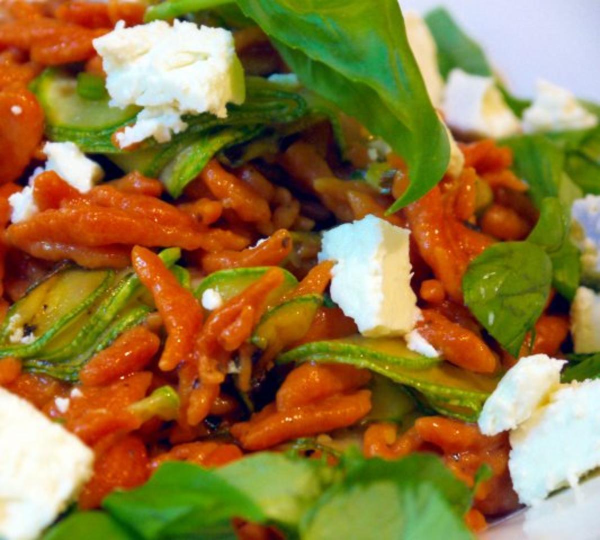 Bilder für Tomatenspätzle mit gebratenen Zucchini und Schafkäse - Rezept
