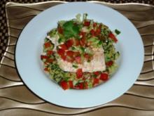 Lachs auf Spinat-Couscous mit Koriander-Gurken Relish - Rezept