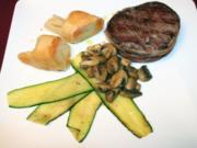 Bisonfilet im Speckmantel auf gebratenen Pfifferlingen und Zucchini an Kartoffel-Bonbons - Rezept