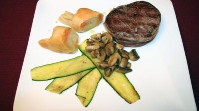 Rezept: Bisonfilet im Speckmantel auf gebratenen Pfifferlingen und Zucchini an Kartoffel-Bonbons