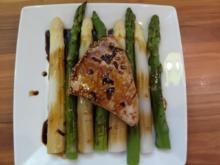 Thunfisch mit scharfer Teriyaki-Sauce auf grünem und weißen Spargel - Rezept