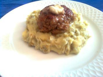 Frikadellen --mit Käse gefüllt-- und Erbsen-Kartoffelpürree - Rezept