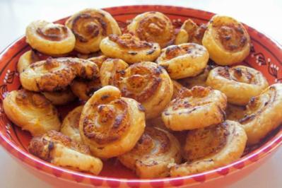 Rezept: Snack: Herzhafte Blätterteigschnecken mit Feta-Schinken-Füllung