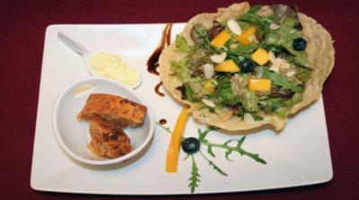 Rezept: Mango mit gemischtem Salat im Parmesankörbchen an Blaubeeressig