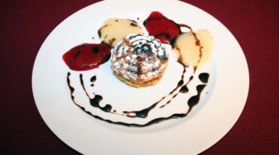 Lauwarmes Haselnusstörtchen mit Birnen- und Himbeersauce - Rezept