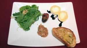 Chèvre Chaud mit Speck gemantelten Datteln und Feigenmousse im Rucola-Nest - Rezept