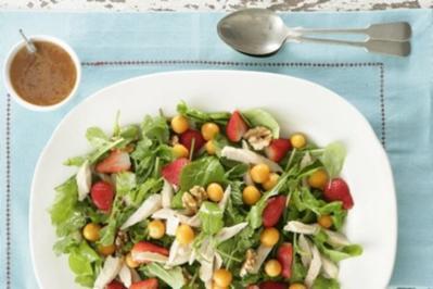 Rezept: Geräucherter Rooibos-Hähnchensalat mit Erdbeeren