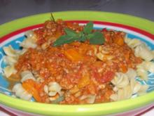 Aus der Pastaküche: Würzige Paprika-Hack-Soße mit Feta und Kräutern - Rezept