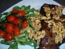 Roastbeef mit karamellisierten Walnüssen, dazu Rucola mit Dressing und Basilikum Tomaten - Rezept