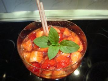 Holunderblütensirup-Erdbeer-Sekt Bowle - Rezept
